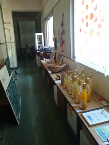 廊下には地元の商品が展示
